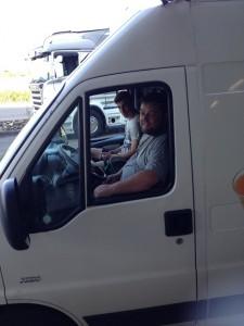 Patrick et Babou au volant de la camionnette